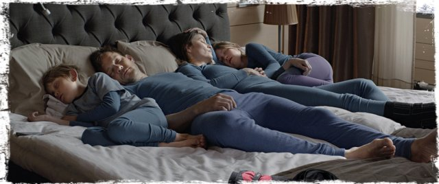 Force Majeure-family in bed